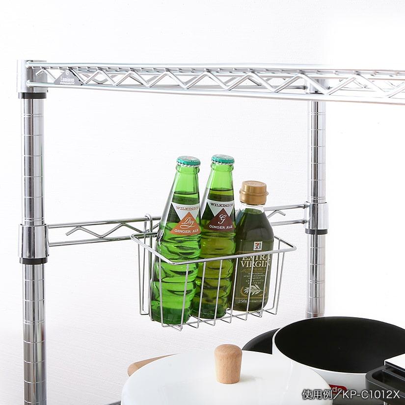 <span>ビンやボトル入れにピッタリ</span>ビンやボトル類の整理にぴったりのサイズ感。大きさや形状、ジャンルごとに仕分ければたちまち使いやすいキッチンに。