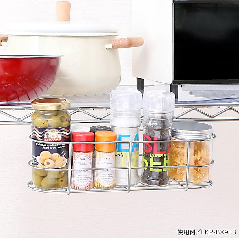 <span>調味料入れにピッタリ</span>調味料などの細々としたボトルの整理にぴったりのサイズ感。大きさや形状、ジャンルごとに仕分ければたちまち使いやすいキッチンに。