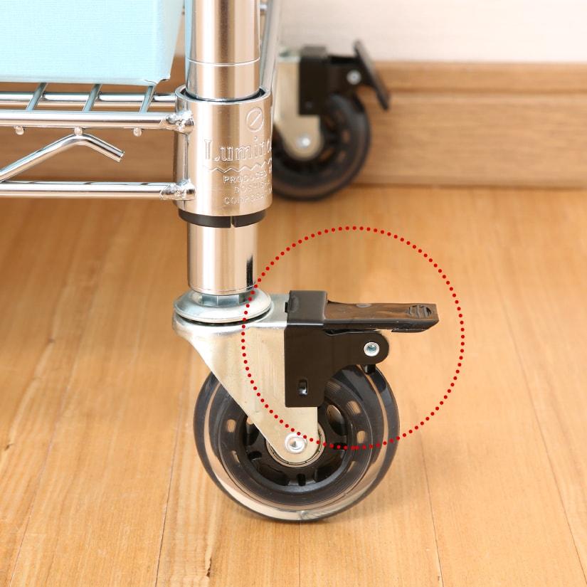 <span>プッシュ式ブレーキ</span>軽く踏むだけの専用ブレーキを搭載。設置場所が決まったらグッと踏むだけ で、一度口ックしたらビクともしません。