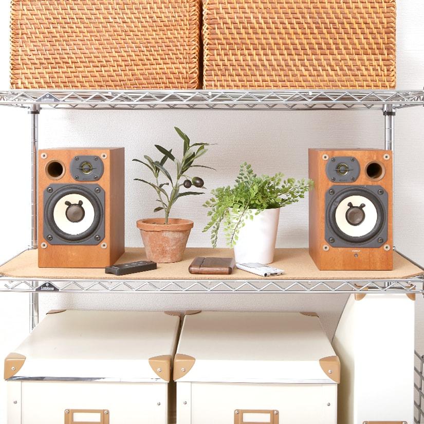 <span>音や振動を吸収する、コルク素材</span>音や振動を吸収するコルク素材は、家電や音楽機器を置く場合におすすめ!インテリア性だけでなく、実力も兼ね備えています。
