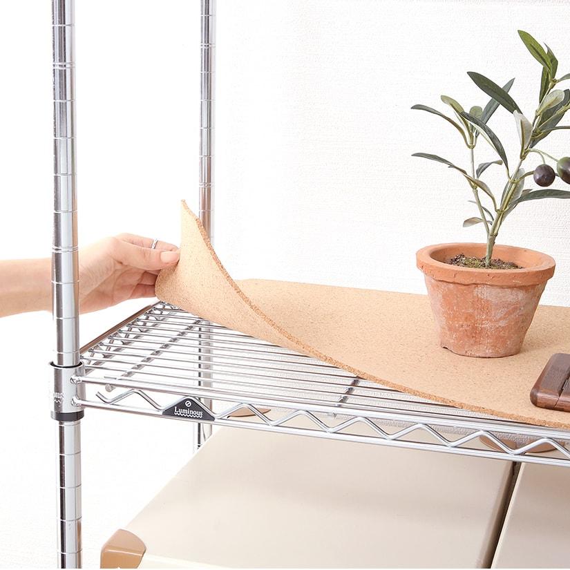 <span>クッション性、通気性も良好</span>厚さ4mmもある天然素材のコルクを使用している為、コルク独特のクッション性が安定感を実現。他のシートに比べても通気がよく、カビにも強い。