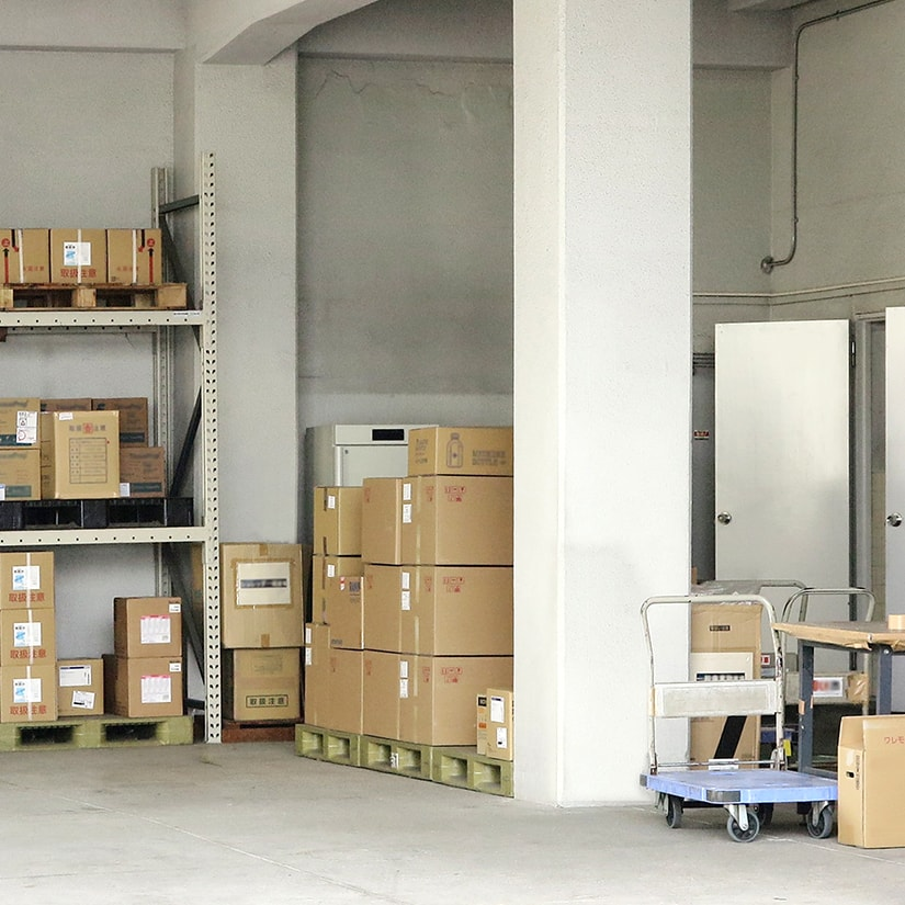 <span>倉庫・業務利用に最適なキャスター</span>厚さ2mmもある鉄板(亜鉛メッキ済)を曲げて作られた一体成型だから頑丈。長く使ってもヘタれる心配がなく、物流倉庫での利用にもおすすめ。