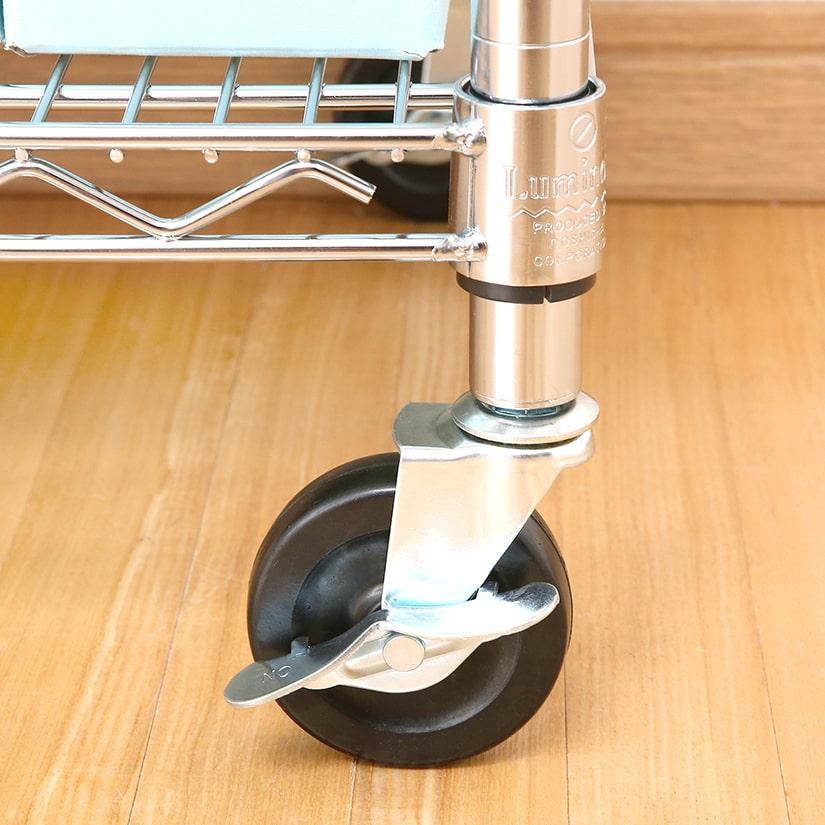 <span>鉄板の頑丈なブレーキ</span>設置場所が決まったら、カチッと固定できるストッパー付き。分厚い鉄板を利用したシンプルな構造で、一度ロックしたらビクともしません。