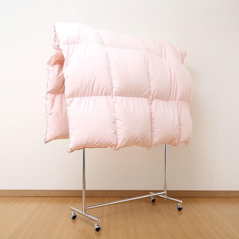<span>布団干しにもお役立ち</span>梅雨時期や冬で天気が悪くても大丈夫。ハンガーラックなら、かさばるお布団も室内干しできてしまいます!