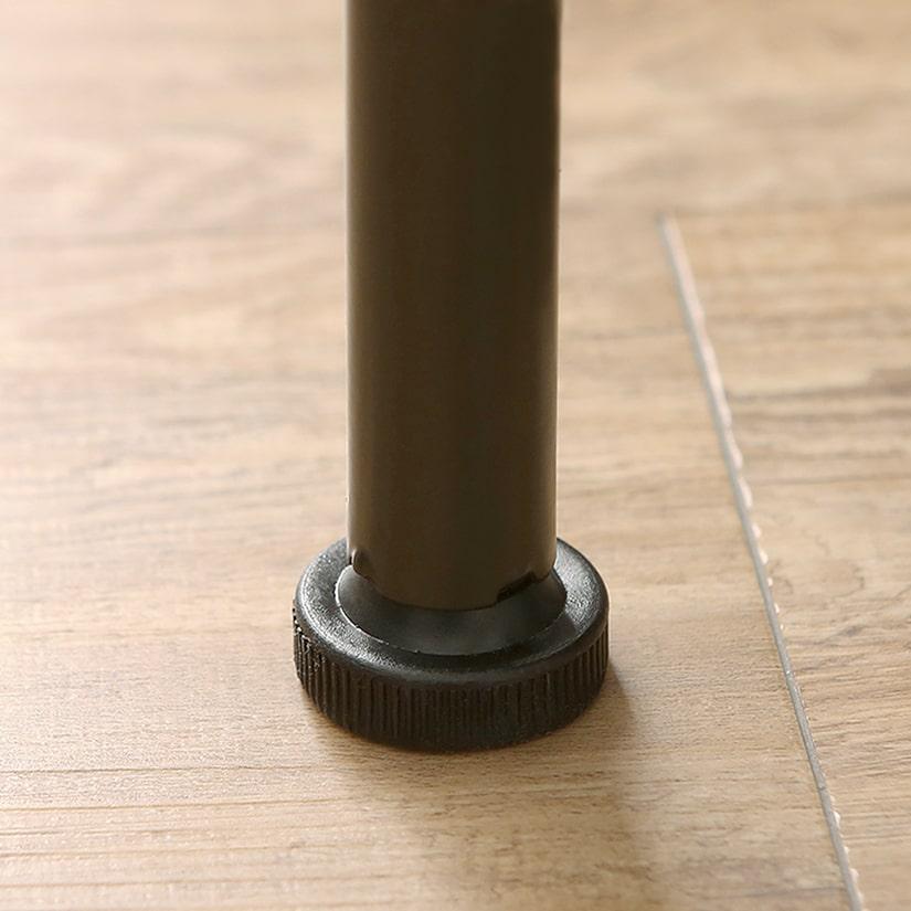 <span>安定感のある、円形アジャスター</span>直径3cmのアジャスターが頑丈に足元を支えます。ガタつきの調整も可能です。