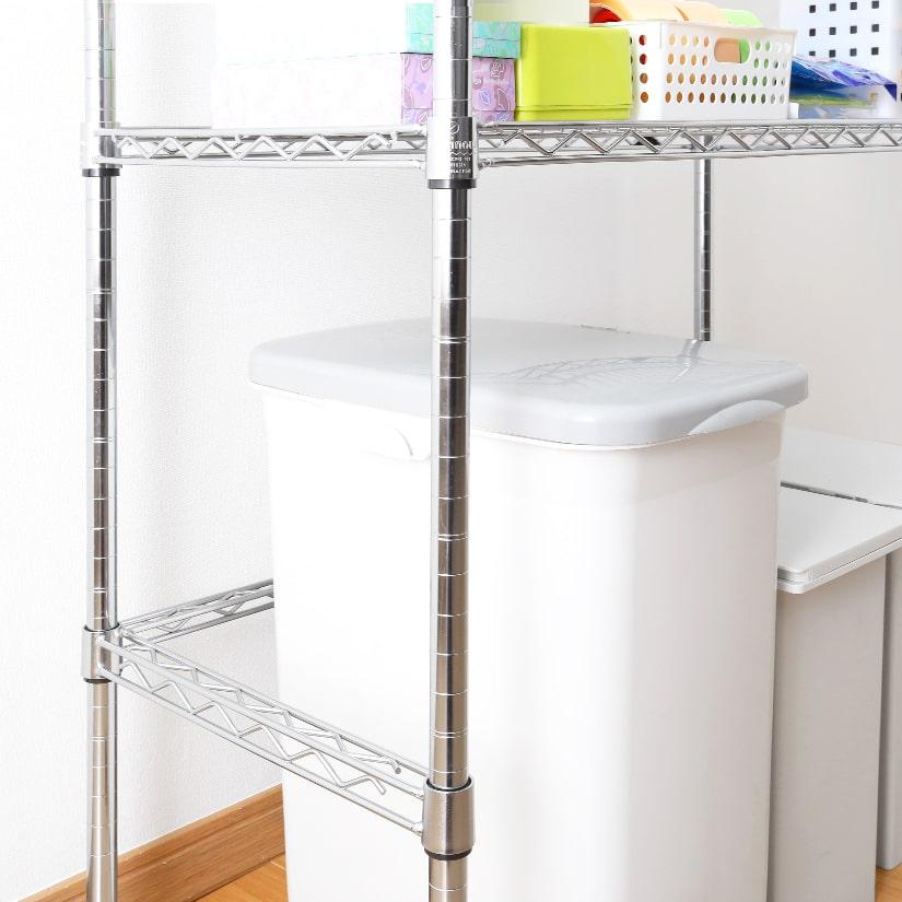 <span>ゴミ箱やケース類をラック下に設置</span>コの字バーを設置すればラックの下に冷蔵庫やゴミ箱、衣装ケースなど背の高い物を収納することが可能に。ラックの用途が広がります!