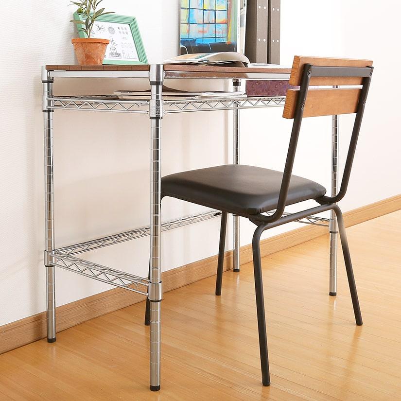 <span>ラックをデスクや作業台にすることも</span>椅子をしまうことも出来るので、デスクやカウンター等の作業台として使う際のマストアイテムです。