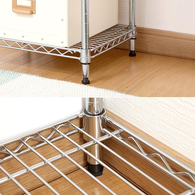 <span>足元は安定感のあるアジャスター</span>足元はアジャスターが標準装備。安定感があり、お部屋の角にもデッドスペースを生むことなく設置が可能。