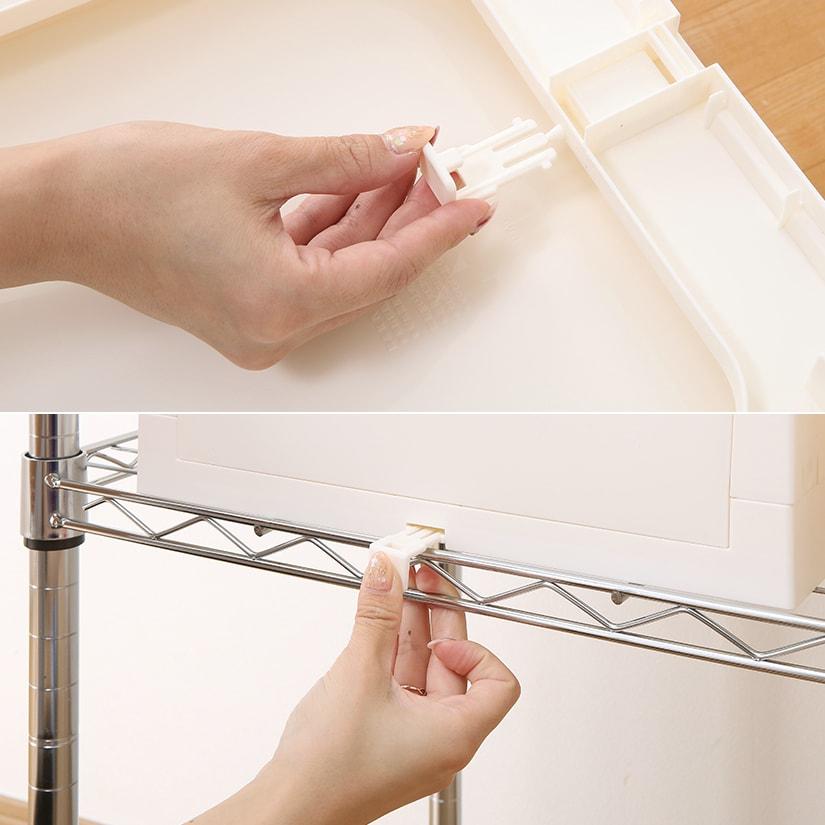 <span>ストッパーでしっかり固定!</span>ケース裏側のストッパーを外しラックに取り付け、ケース裏側の穴にストッパーを差し込めば固定できます。引き出しを出し入れしても動きません。
