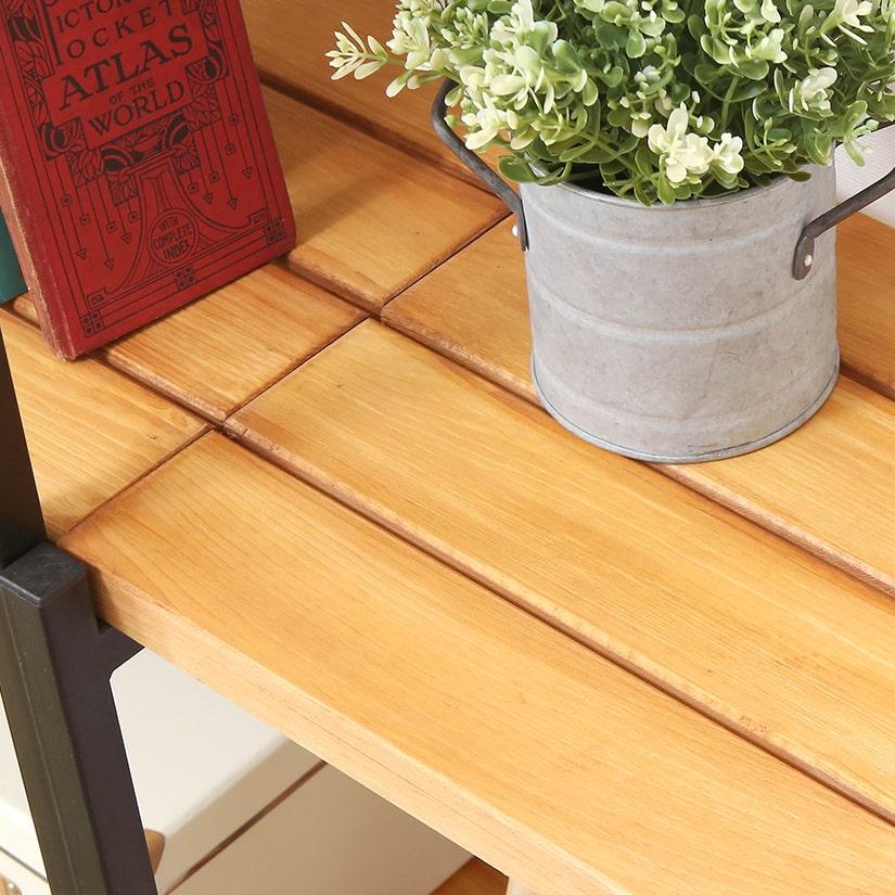 <span>美しい木目の天然木パイン材</span>棚板には木目が美しいパイン材を使用。オイルステイン加工を施すことで、さらに天然木の美しさを浮かび上がらせ、柔らかい印象と優しい風合いに。
