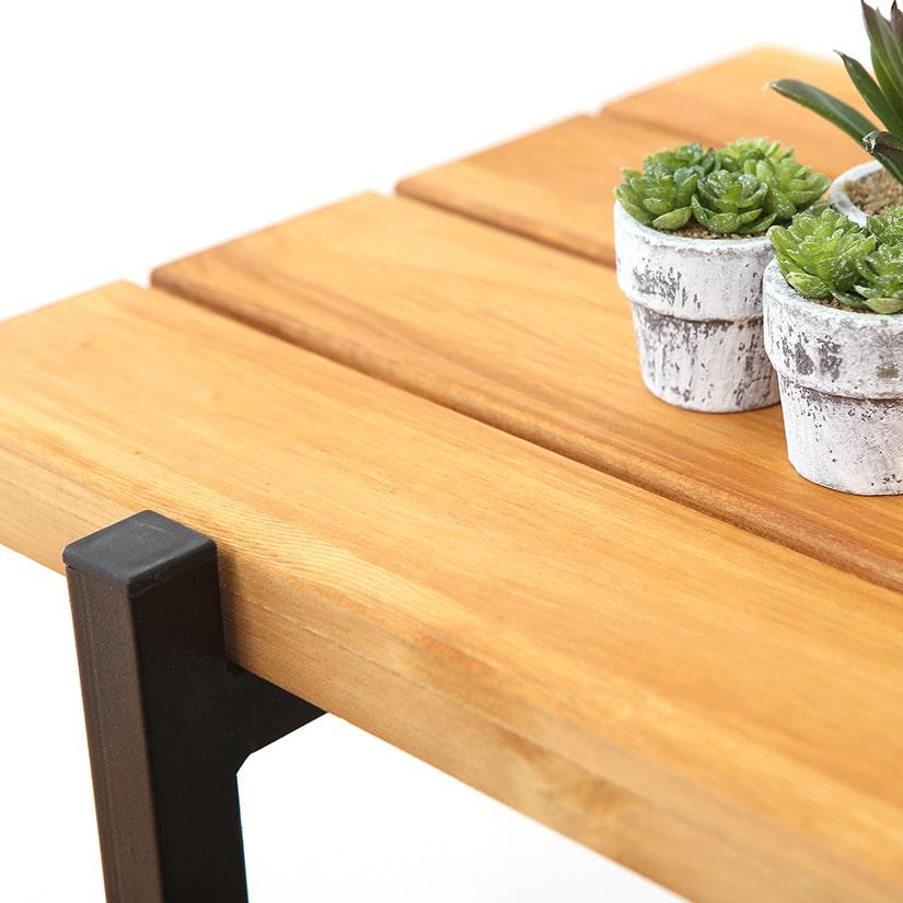 <span>オイルステインとは</span>オイルステインは、木材に染み込ませて着色する「ステイン塗料」の一種。オイルベースで作られており、油性ならではのツヤ感があります。