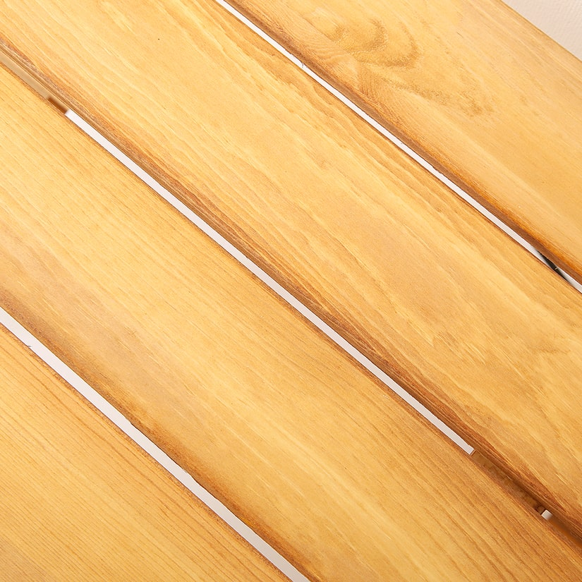 <span>スリットを入れ、通気性を確保</span>棚板にはスリット(隙間)を入れ、通気性も確保。ほんのりレトロな印象に仕上がっています。