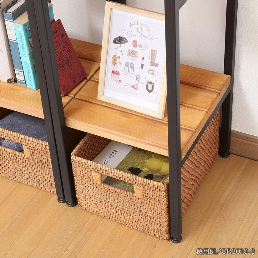 <span>足元は収納スペースに</span>足物にボックスやカゴを入れれば、収納スペースに早変わり。高さのある足元は掃除機が通りやすく、お掃除の際も便利。