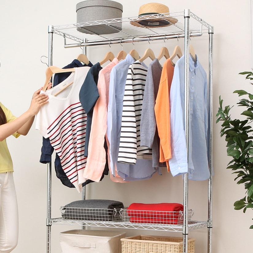 <span>見通しが良く服が取り出しやすい!</span>タンスなど引き出しタイプの収納だと洋服がシワになりやすく、どこに何を仕舞っていたか忘れがちですが、ワードローブなら見通しがよくすぐ見つかります!風通しもよい為、洋服収納にはおすすめ。