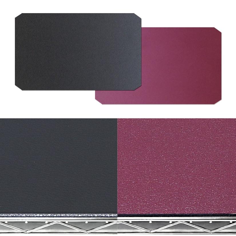 <span>リバーシブルの「ブラック×ワインレッド」</span>ひっくり返すだけで簡単に、お部屋のイメージチェンジが可能。2種類のカラーが楽しめ、スチールラックのメタルカラーと相性抜群!