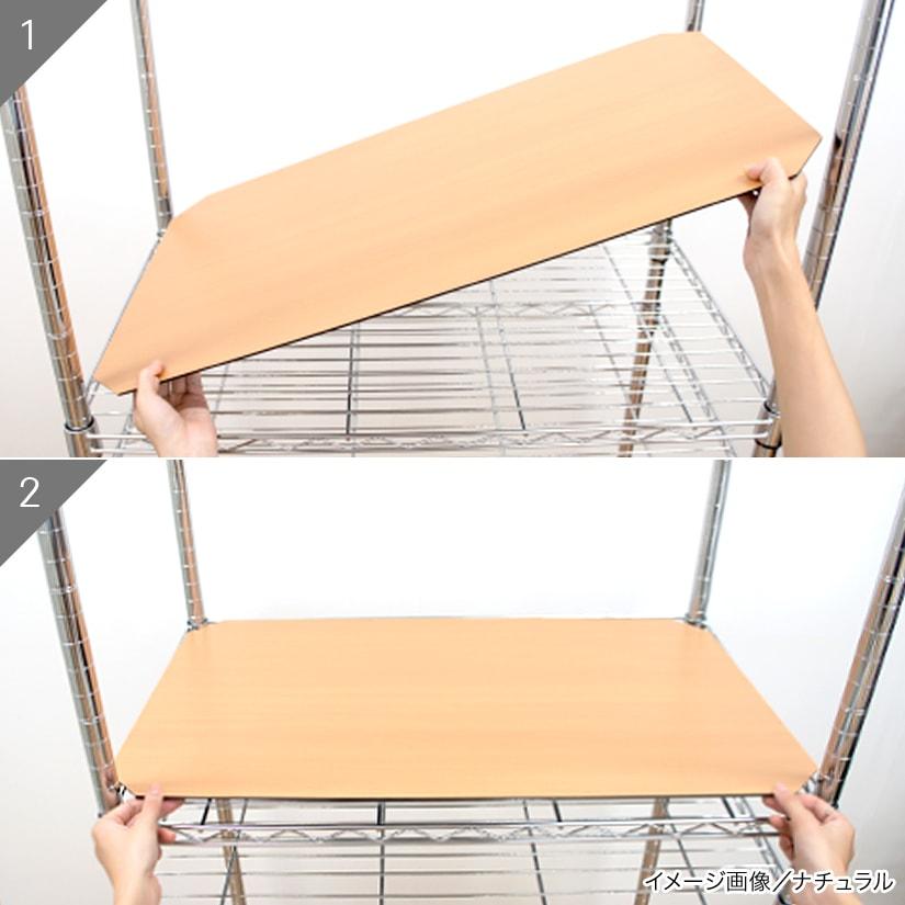 <span>工具不要!女性でも簡単に組み立て可能</span>ポールに引っ掛からないよう、シェルフに対して斜めにシートを差し込み、センターに配置してください。