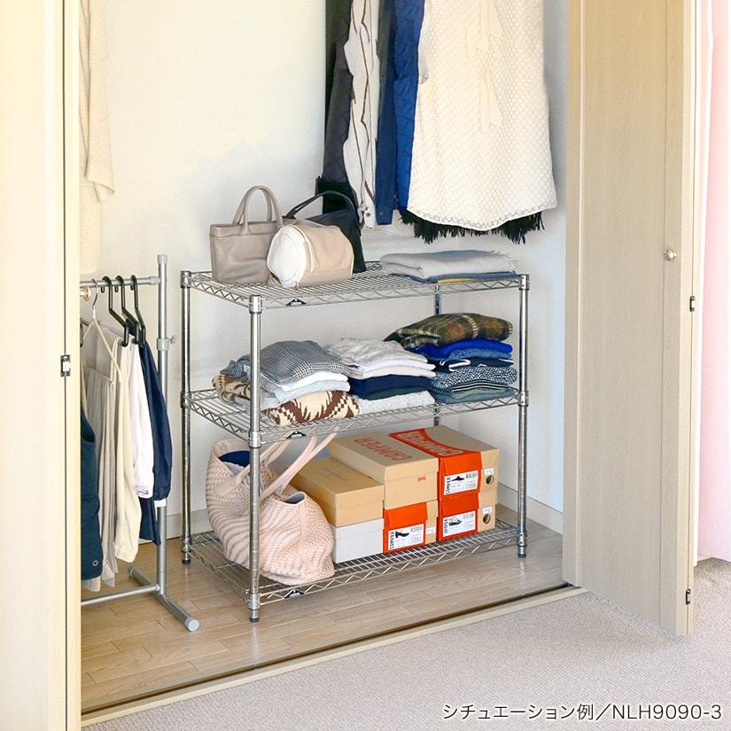 <span>クローゼット内の空きスペースに</span>クローゼットの中にお洋服をかけると、どうしても下の方にスペースが空いてしまいますよね。ラックを設置すれば、デッドスペースが収納に。