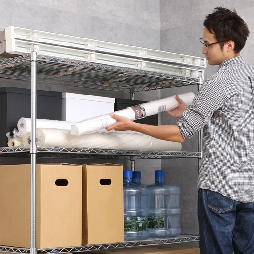 <span>バックヤードの資材置き場に!</span>棚1枚あたり135kgまで耐えられる為、お店のバックヤードや在庫置き場、資材置き場などでみっちり収納したい方にもおすすめ。