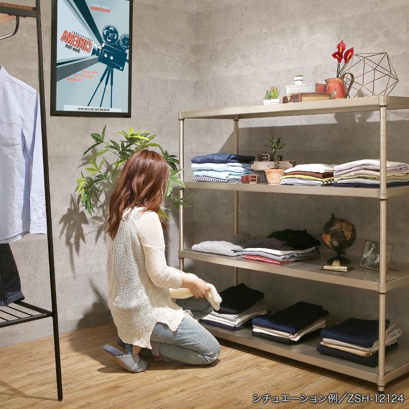 <span>アパレルショップのディスプレイ棚にも</span>洋服や服飾雑貨の店頭ディスプレイにもおすすめのラック。スズのやわらかい輝きは、商品を引き立たせます。