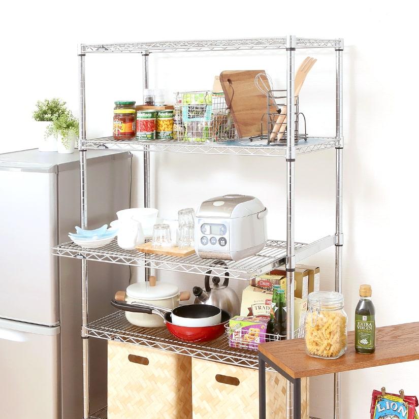 <span>手前に引き出せる!スライド式のシェルフ</span>必要な時だけ気軽に引き出せるから、空間を自在に活用出来る優れもの。キッチンやデスク用途に特に人気の商品。