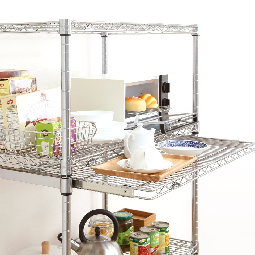 <span>ちょっとした補助台が欲しい瞬間に</span>狭いキッチンではよくある「今だけ欲しい!ちょっとした置き台」にぴったり。使い終わったら仕舞えるので、スペースを取りません。