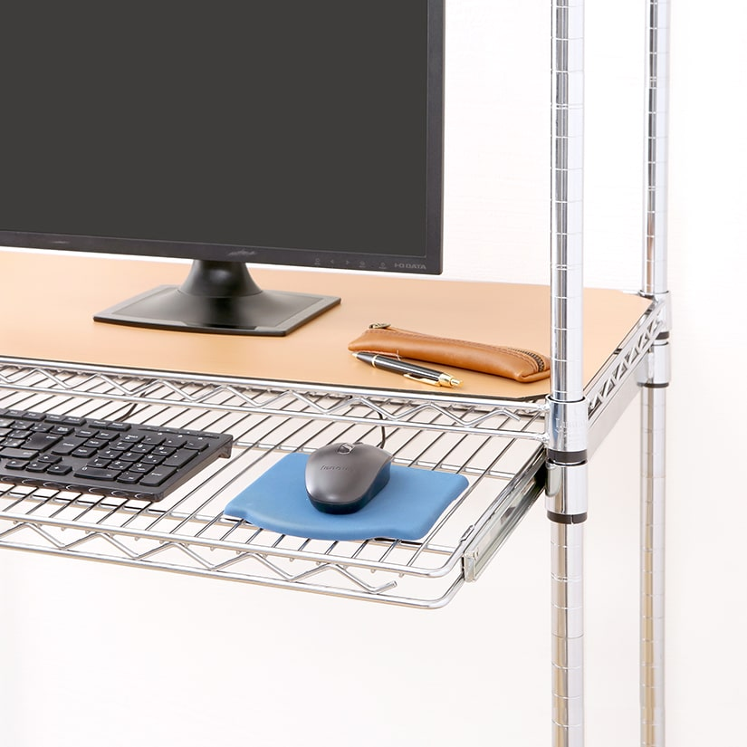 <span>デスク用途では、キーボード台に</span>パソコン用のデスクとしてお使いいただく場合、スライドシェルフが出し入れ可能なキーボード台になるのでおすすめ。