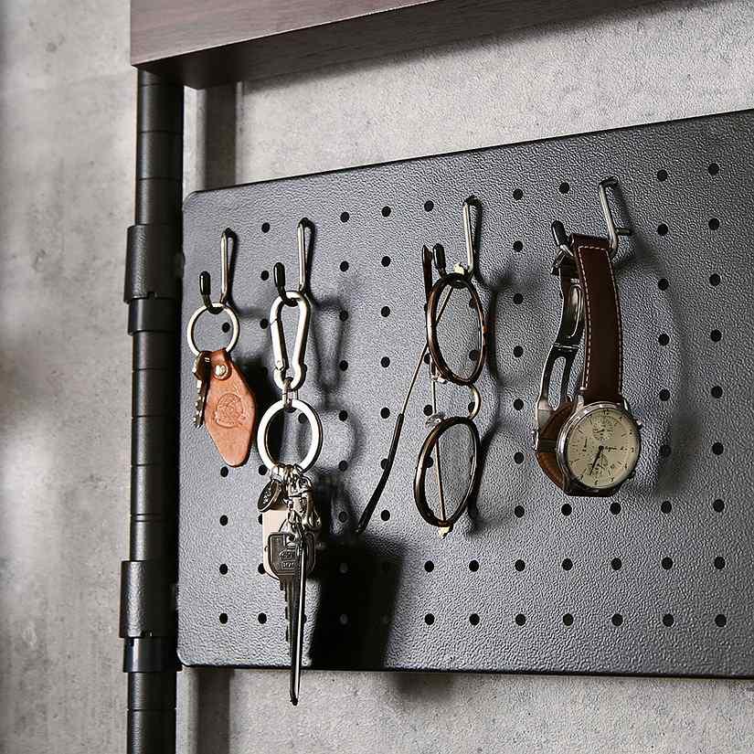 <span>流行の有孔ボードで、引っかけ収納!</span>直径約5mmの穴が開いた有孔ボード(パンチングボード)は、細々した小物掛けに最適。S字フックをひょいっと引っかければ、収納力が大幅にアップ!時計や鍵、アクセサリーなど失くしがちな物の収納におすすめです。