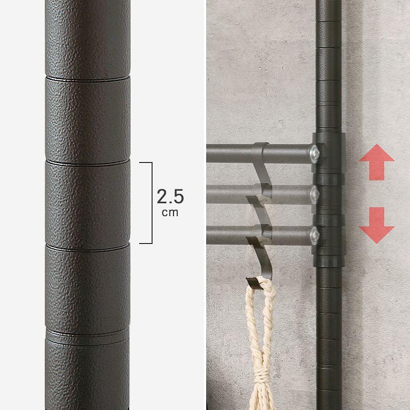 <span>「2.5cm刻み」で細かくシェルフの高さ調整が可能!</span>ポールに溝がついている、2.5cm刻みでシェルフの高さ調整が可能です。収納したいものが後から増えたり、変わってしまっても調整ができるので心配不要です。