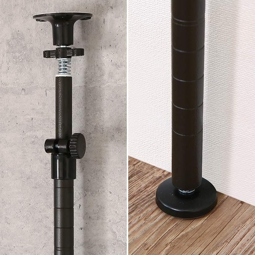 <span>安心のがっちりつっぱり&足元固定</span>伸縮式のつっぱりで天井にガッチリ突っ張り、足元は直径5.5cmの円形アジャスターが支え、転倒を徹底防止。どちらも裏面がクッション素材になっている為、ピタッと固定され傷付きも防止できる優れもの。