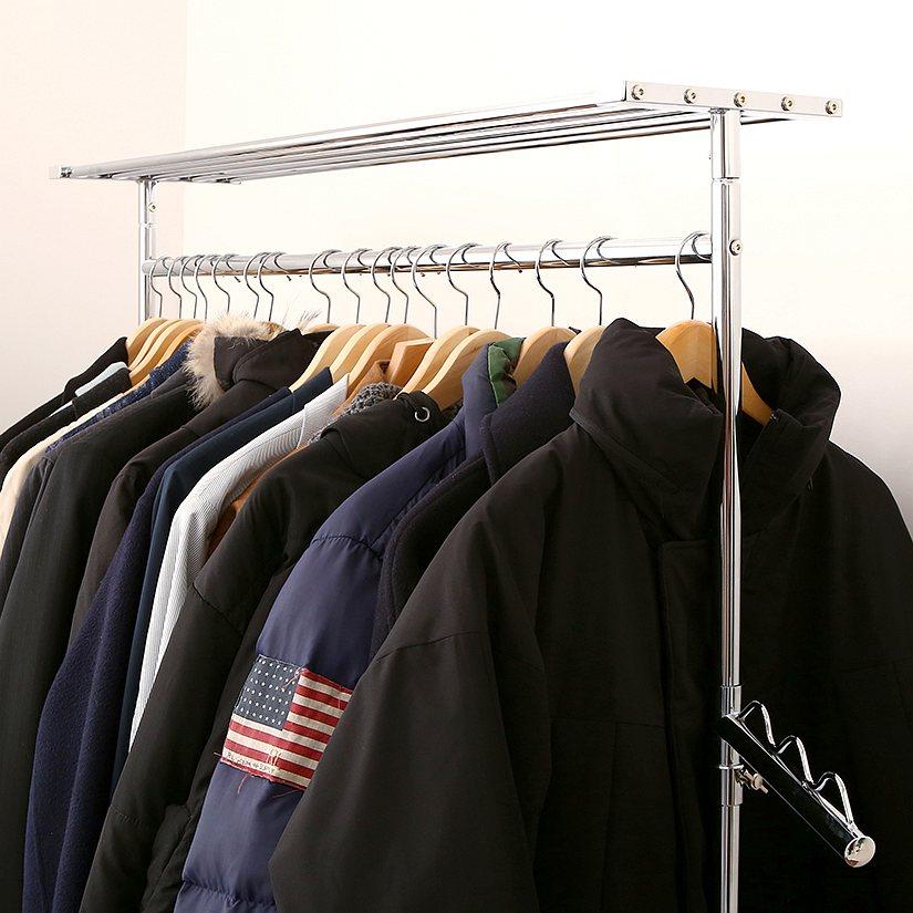 <span>厚手のコートやアウターも、こんなに掛かる!</span>ダッフルコートやブルゾン、コートなどの厚手でかさばるアウターをびっしり掛けても大丈夫!こんなに掛けてもグラつかず、がっちり支えます。