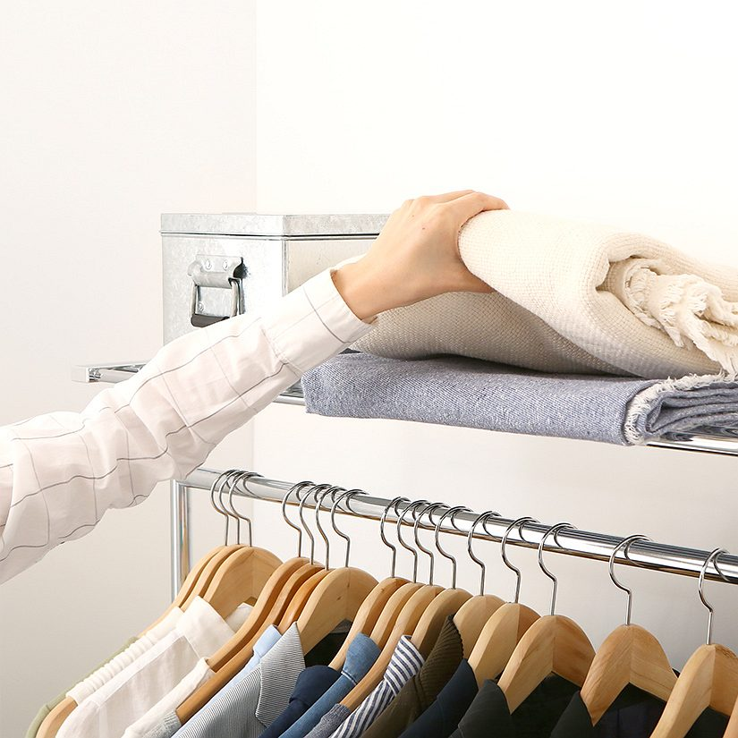 <span>上段にひょいっと置ける!便利な物置きスペース</span>洋服収納関連のものはここにひとまとめに!ブランケットやストール、靴下やネクタイなどを収納しているボックスなどをお洋服の近くに収納したい物は、上端の棚をお使いください。