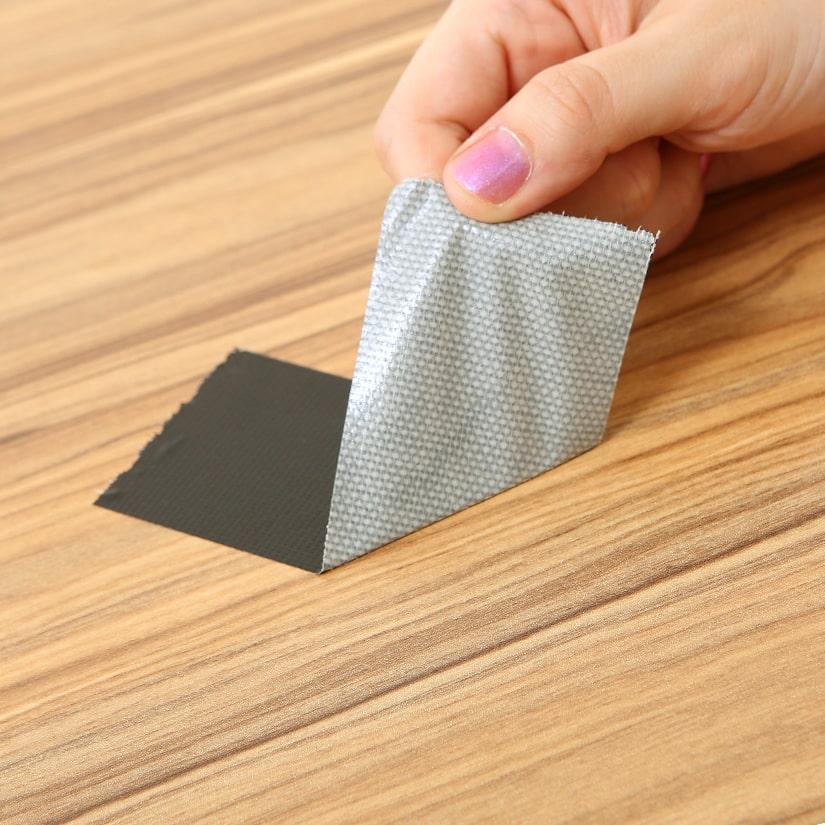 <span>テープ剥がれに強い</span>合成樹脂を熱圧着した化粧合板仕様の為、テープ等による剥がれにも強く耐久性に優れています。