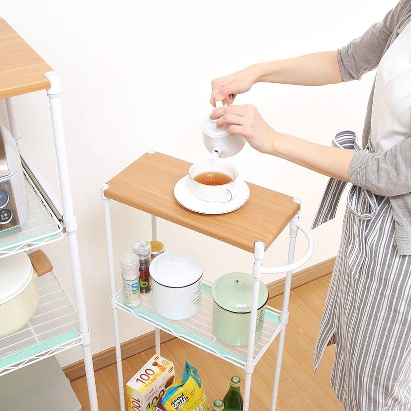 <span>補助テーブルとして</span>フラットな木製天板は補助テーブルとしても利用可能。コンパクトなキッチンでワゴンタイプの補助テーブルは重宝します。